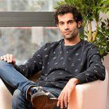 El actor Jordi Mestre posa sentado