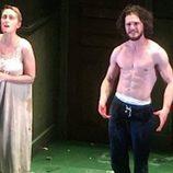 Kit Harington muestra su torso en la obra de teatro 'Doctor Fausto'