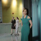 Melissa George con vestido largo en 'Heartbeat'