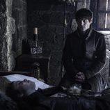 Ramsay contempla apenado el cuerpo sin vida de Myranda en 'Juego de Tronos'