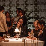Luís, Claudia y Carlos cenan en la fiesta de recepción de 'La embajada'