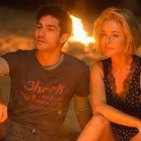 Claudia y Carlos conversan íntimamente junto al fuego en 'La embajada'