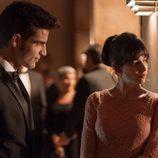Roberto y Ester conversan en la fiesta de recepción del nuevo embajador de 'La embajada'