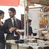 Sara y Eduardo comen juntos comida asiática por las calles de 'La embajada'
