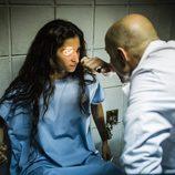 El doctor Sandoval examinando a Saray en 'Vis a vis'