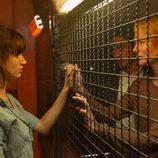 Claudia y Carlos visitan a Ester en su celda en 'La embajada'