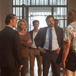 Luís, Claudia, Carlos y Villar en la comisaría de 'La embajada'