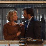 Claudia y Luís en la comisaría en 'La embajada'