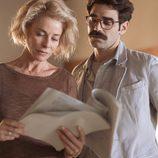 Claudia y Romero leen unos documentos en 'La embajada'