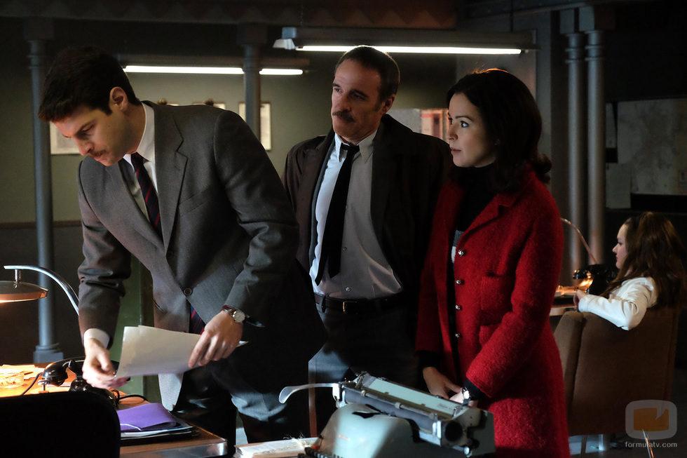 Clara y Jesús comparten sus impresiones con el comisario Montenegro en 'El Caso'
