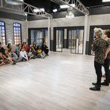 Los concursantes escuchando a Auryn en la academia de 'Top Dance'