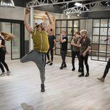 Los concursantes de 'Top Dance' bailan durante la actuación de Auryn