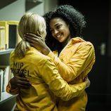 Macara y Rizos abrazadas en 'Vis a Vis'