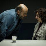 El inspector Damián Castillo interroga a una mujer en 'Vis a vis'