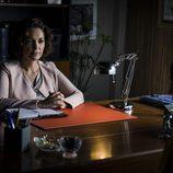 Miranda Aguirre aparece sentada en su despacho en 'Vis a vis'