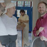 Rafi habla tenso con unos costaleros en 'Allí abajo'