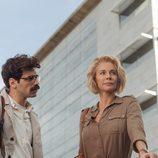 Romero y Claudia conversan al aire libre en 'La embajada'