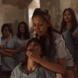 Ester es atacada por las presas de la cárcel tailandesa