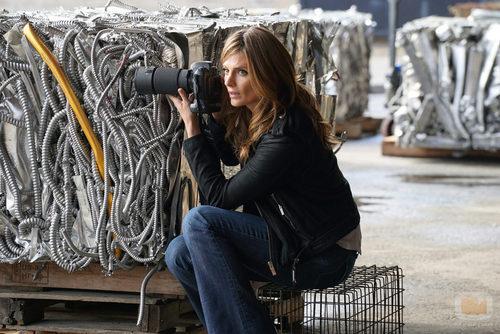 Beckett investiga, cámara en mano, en 'Castle