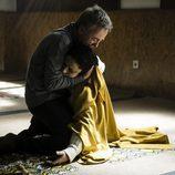 Leopoldo abraza el cuerpo inerte de Encarna en 'Vis a vis'