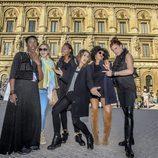 Barei junto a sus coristas en el centro de Estocolmo