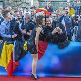 Barei se hace fotos con sus fans en la alfombra roja de Eurovisión 2016