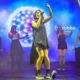 """Barei interpretando """"Say Yay!"""" en el escenario del Euroclub"""