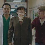 Rober y Antonio junto a Frasquito lesionado en 'Allí abajo'