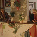 Luci y Piedad se asoman por la noche a sus ventanas en 'Allí Abajo'
