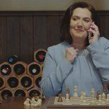 Maritxu juega al ajedrez con Don Benjumea por teléfono en 'Allí Abajo'
