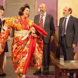 Araceli ayuda a Enrique disfrazándose de geisha