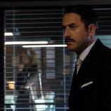 Antonio observa a un empleado de 'El Caso' con mirada desafiante