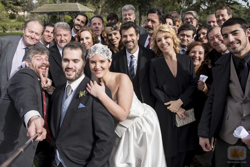 Raúl Cimas es el cuñado que hace un selfie