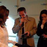 Rebeca les muestra el cadáver del vagabundo a Expósito y Clara