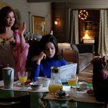 Tía Laura conversa con su sobrina Clara y su marido