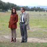 La pareja protagonista de 'El Caso' se mira de manera cómplice