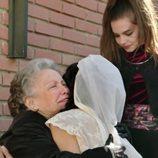 Herminia abraza emocionada a su nieta