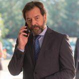Luis habla por teléfono con el cónsul en 'La Embajada'