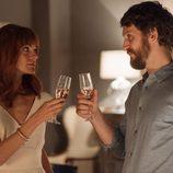 Fátima y Eduardo brindan en 'La Embajada'
