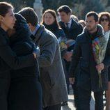 Olga muy afectada en el entierro de Bernardo en 'La Embajada'