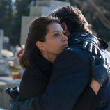 Olga abraza a Luis en el entierro de Bernardo en 'La Embajada'