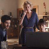 Claudia, Ester y Carlos descubren unas pistas en 'La Embajada'