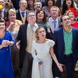 Carmen y los invitados de su boda miran al campanario de la iglesia asustados en 'Allí abajo'