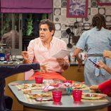 Amador estudia con sus hijos para un examen en 'La que se avecina'