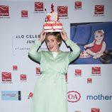Tania Llasera se coloca como sombrero una tarta de golosinas