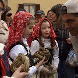 Frank Cuesta con las niñas de Cocullo