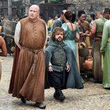 Tyrion pasea en compañía de Varys en el 6x08 de 'Juego de Tronos'