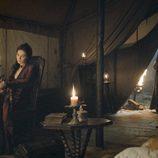 Melisandre muy seria y preocupada en el penúltimo capítulo de la sexta temporada de 'Juego de Tronos'