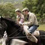 los protagonistas cabalgan en sus caballos en