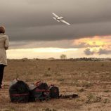 Mar Regueras mira un avión en 'Herederos'